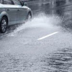 Как вести машину в дождь и на мокрой дороге?