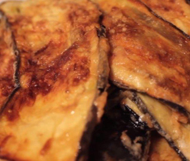 Теплые рулетики из баклажанов с сыром и куриными яйцами