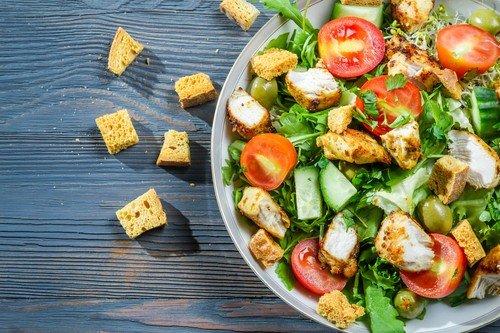 Легкий салат из индейки и ягод