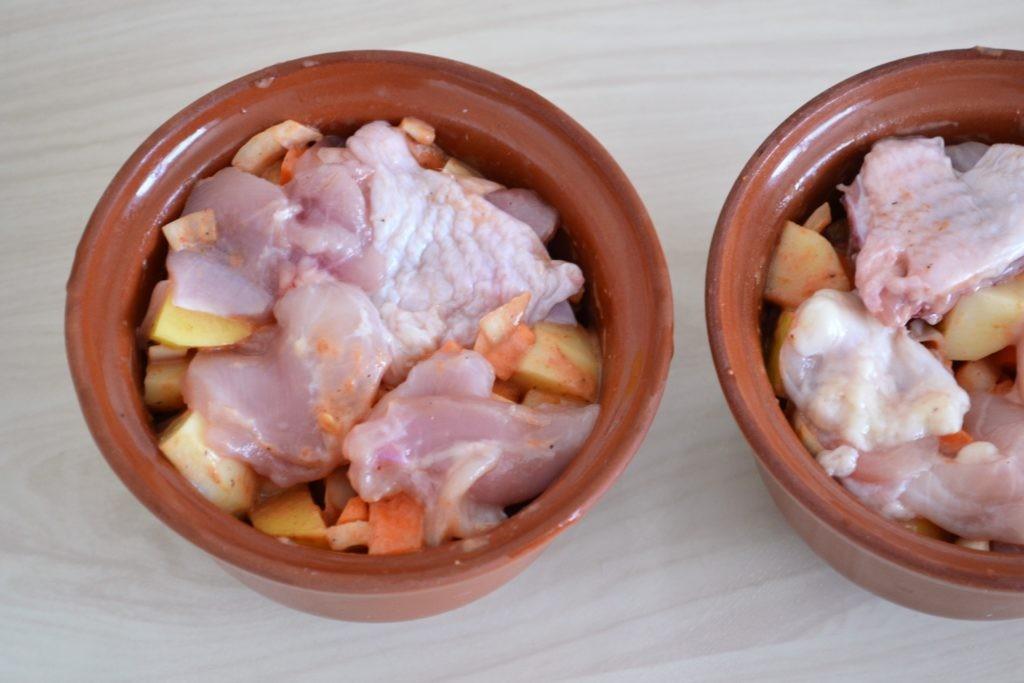 Жаркое с курицей в горшочках