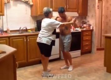 Мама с сыном танцуют на кухне. Очень милый ролик!
