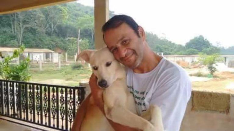 Мужчина снял с себя майку, чтобы спасти несчастную бездомную собаку
