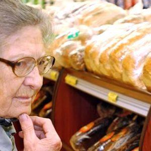 Мужчина заметил в супермаркете бабушку, которая выбирала консервы подешевле
